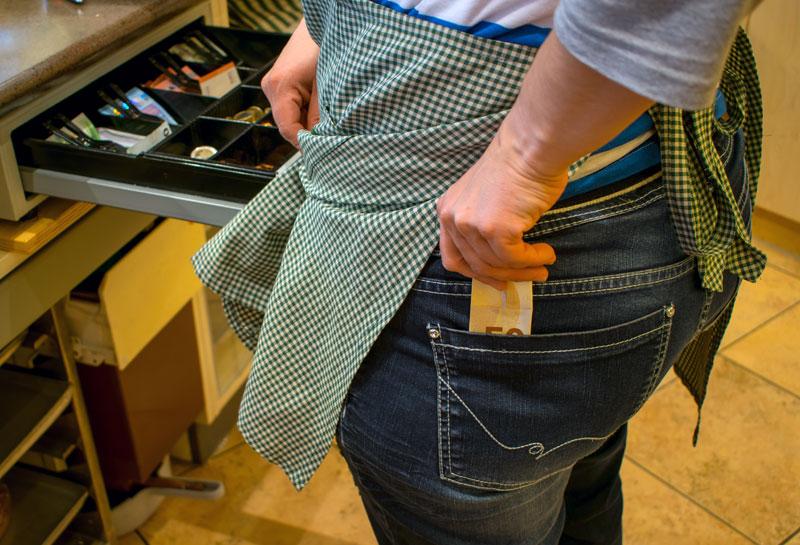 Mitarbeiter klaut Geld aus der Kasse