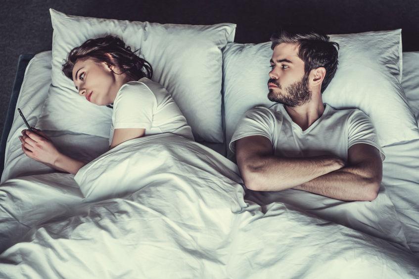 misstrauische Ehepartner im Bett